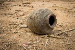 Vecchio vaso di argilla utilizzato e tagliato sulla terra Fotografia Stock
