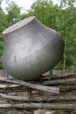 Vecchio vaso di cottura sul recinto fotografie stock