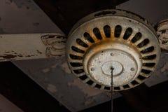 Vecchio ventilatore da soffitto della doppio-lama immagini stock