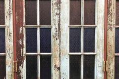 Vecchio vetro della macchia con stile classico e colori pelati dalla struttura di legno Immagini Stock