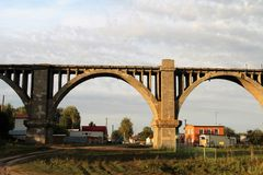 Vecchio viadotto ferroviario abbandonato immagine stock libera da diritti