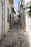 Vecchio vicolo Mediterraneo tipico fra le vecchie case Immagini Stock Libere da Diritti