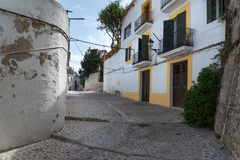 Vecchio vicolo Mediterraneo tipico fra le vecchie case Fotografie Stock