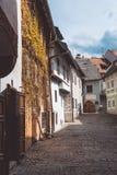 Vecchio vicolo pittoresco nella città di Cesky Krumlov, repubblica Ceca Fotografia Stock Libera da Diritti