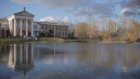 Vecchio villaggio al giardino botanico dell'accademia delle scienze russa stock footage
