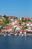 Vecchio villaggio della costa sulla costa ovest svedese fotografia stock libera da diritti