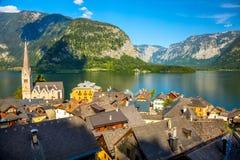 Vecchio villaggio di Hallstatt in alpi ed in lago al crepuscolo, l'Austria, Europa Fotografia Stock