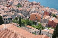 Vecchio villaggio di pietra con il mare blu nella priorità bassa Fotografie Stock