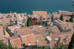 Vecchio villaggio di pietra con il mare blu nella priorità bassa Immagini Stock