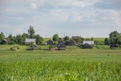 Vecchio villaggio, paesaggio di estate Fotografia Stock
