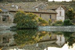 Vecchio villaggio in poco lago Immagine Stock