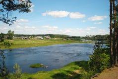 Vecchio villaggio sulle banche del fiume Immagini Stock Libere da Diritti