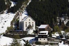 Vecchio villaggio tradizionale con la chiesa nell'inverno nella valle di Meiental Fotografia Stock