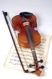 Vecchio violino con lo strato di musica Fotografia Stock Libera da Diritti