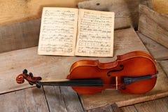 Vecchio violino in un'officina immagine stock