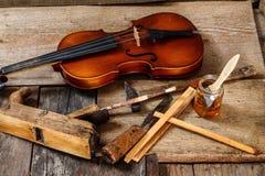 Vecchio violino in un'officina fotografie stock