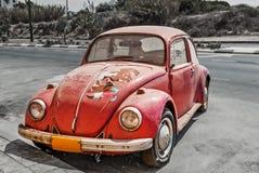Vecchio Volkswagen Beetle sulla via fotografia stock