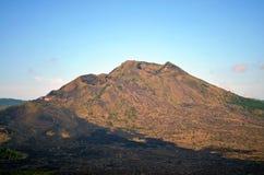Vecchio vulcano di sonno e la terra bruciata intorno dopo l'eruzione fotografia stock libera da diritti