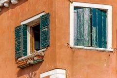 Vecchio Windows sulla casa d'angolo immagine stock