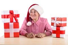 Vecchio woma con il contenitore di regalo Fotografia Stock