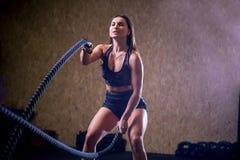Vechtend kabelsmeisje bij het gepaste lichaam van de gymnastiektraining oefening Royalty-vrije Stock Foto's