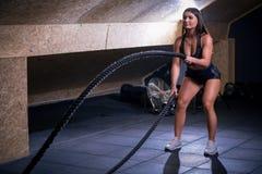 Vechtend kabelsmeisje bij het gepaste lichaam van de gymnastiektraining oefening Stock Fotografie