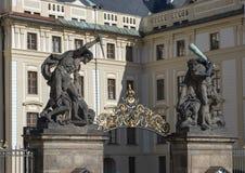 Vechtende Reuzen of Worstelende Titanen bij de ingangspoort aan het Kasteel van Praag, Tsjechische Republiek stock fotografie