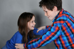 Vechtende siblings Stock Afbeeldingen