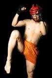 Vechter in sportenhelm klaar om knie te schoppen Stock Foto's