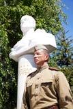 Vechter van Rood Leger in de vorm van tijden van Wereldoorlog II dichtbij a Royalty-vrije Stock Afbeelding