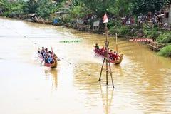 Vechters wanneer de concurrerende traditionele draakboot paddelt stock foto