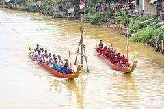 Vechters wanneer de concurrerende traditionele draakboot paddelt stock afbeelding