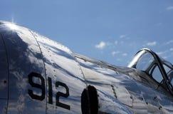 Vechtersvliegtuig met Wolkenbezinningen Stock Afbeeldingen