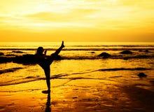 Vechtsportenvrouw op het strand Stock Foto's