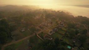 Vecindad aérea reversa de niebla de Pennsylvania de la madrugada almacen de video