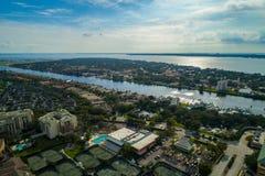 Vecindad costera residencial Tampa Bay FL del tiro aéreo Imagenes de archivo