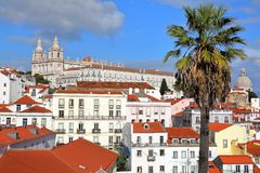 Vecindad de Alfama vista de miradouro del punto de vista de Santa Luzia con el sao Vicente de Fora Church y el panteón nacional S Foto de archivo libre de regalías