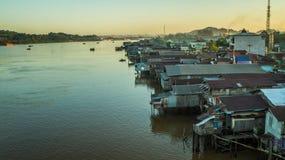 Vecindad densa de casas de madera en el riverbank de Mahakam, Borneo, Indonesia imagen de archivo libre de regalías