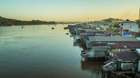 Vecindad densa de casas de madera en el riverbank de Mahakam, Borneo, Indonesia fotografía de archivo libre de regalías