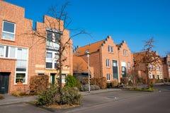 Vecindad moderna con las casas rojas Foto de archivo libre de regalías
