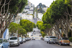Vecindad montañosa típica de San Francisco y coches parqueados en el lado, California, los E.E.U.U. Foto de archivo libre de regalías