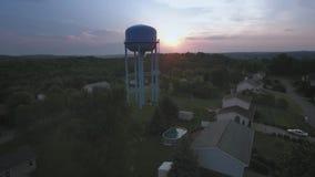 Vecindad occidental típica de Pennsylvania de la visión aérea en la puesta del sol metrajes
