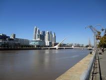 Vecindad RÃo de La Plata Buenos Aires la Argentina de Puente de la Mujer Puerto Madero foto de archivo libre de regalías