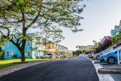 Vecindad residencial de las casas de ciudad/de las casas de vacaciones coloridas Residencias exclusivas de la comunidad cercada e imagen de archivo