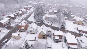 Vecindad residencial de Pennsylvania de la opinión aérea del invierno Nevado metrajes