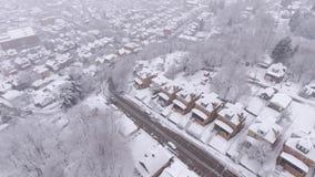 Vecindad residencial de Pennsylvania de la opinión aérea del invierno que nieva almacen de video