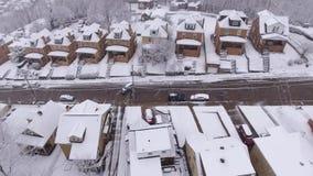 Vecindad residencial de Pennsylvania de la opinión aérea reversa del invierno de la nevada almacen de video
