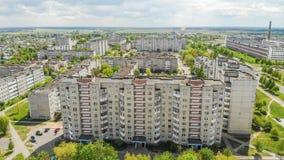 Vecindad residencial Sloboda Ciudad Lida belarus En mayo de 2019 Silueta del hombre de negocios Cowering fotografía de archivo libre de regalías