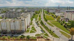 Vecindad residencial Sloboda Ciudad Lida belarus En mayo de 2019 Silueta del hombre de negocios Cowering foto de archivo