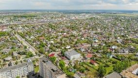 Vecindad residencial Sloboda Ciudad Lida belarus En mayo de 2019 Silueta del hombre de negocios Cowering foto de archivo libre de regalías